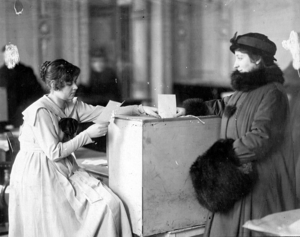 Due donne all'urna nel 1917