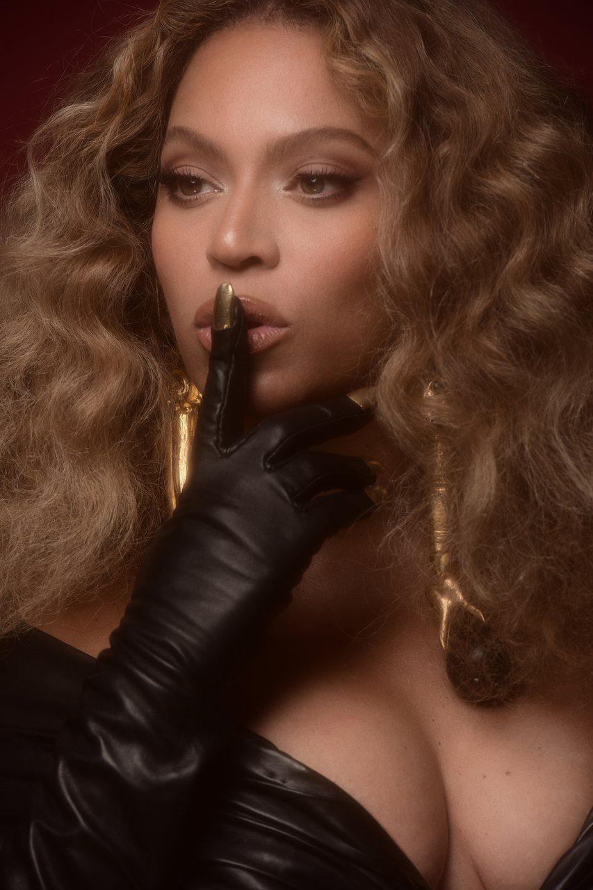 Beyoncé, le unghie sono applicate sui guanti di pelle