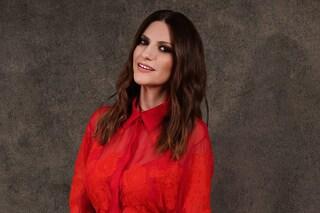 Laura Pausini trionfa ai Golden Globe: in rosso Valentino è la diva della cerimonia