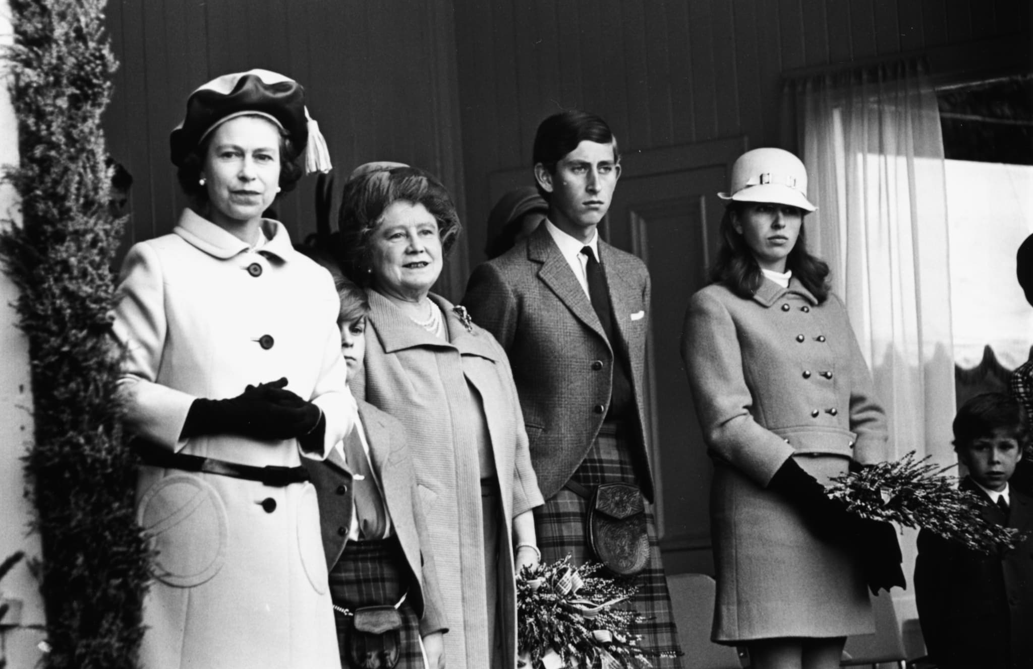 Elisabetta II, la regina Madre, il principe Carlo e la principessa Anna