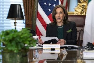 Cosa c'è nel taschino di Kamala Harris: il significato del dettaglio verde nel look della vicepresidente