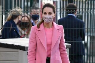 Il cappotto rosa di Kate Middleton ci fa sentire aria di primavera: il capo must nasconde un messaggio