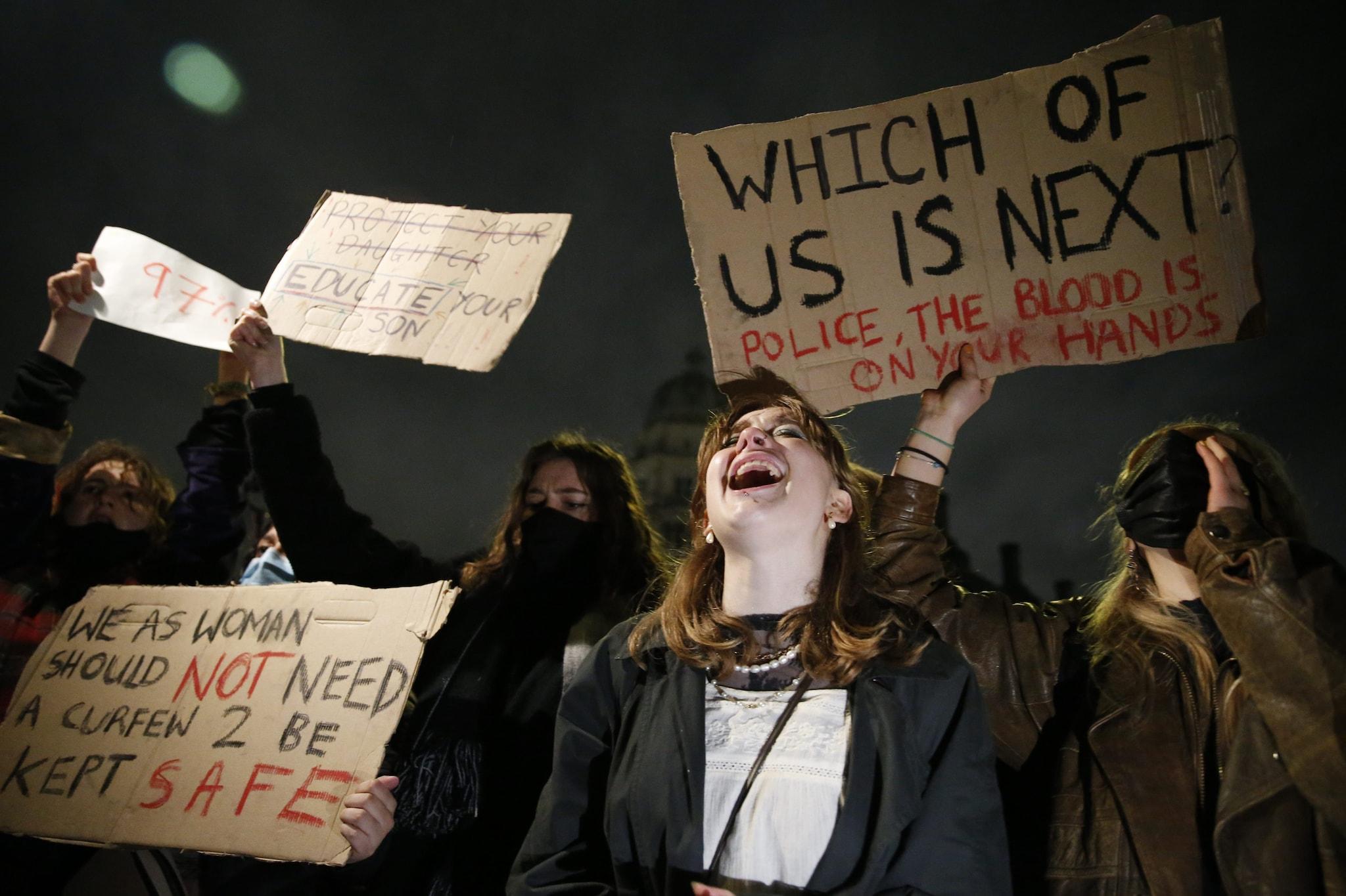 Le donne scese in piazza a Londra per protestare dopo l'omicidio di Sarah Everard