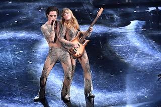 """I Maneskin si mettono """"a nudo"""" per la finale di Sanremo e fanno impazzire tutti con le tute ricamate"""