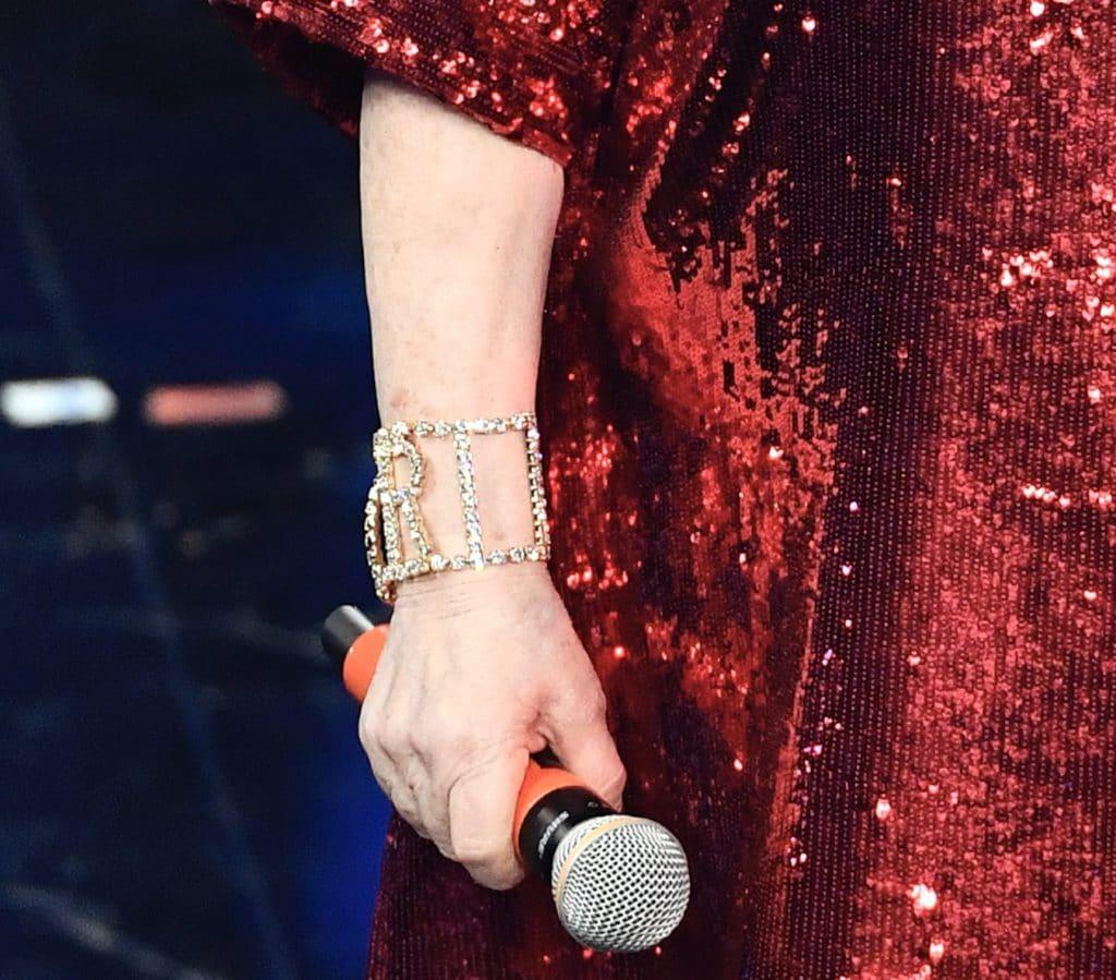 Il dettaglio del bracciale indossato alla terza serata