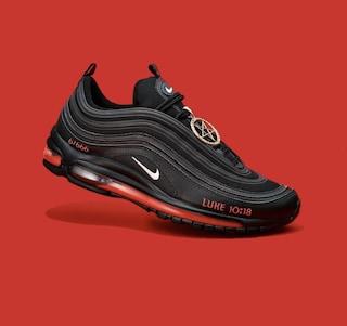 Satan Shoes, ritirate dal mercato le finte Nike con sangue umano nella suola