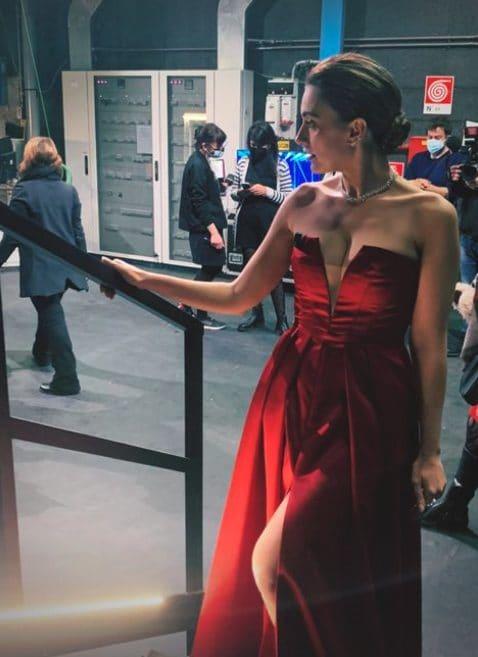Serena Rossi con l'abito rubino Atelier Emé