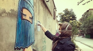 Shamsia Hassani, street artist col velo: nei suoi disegni il grido di libertà delle donne afghane