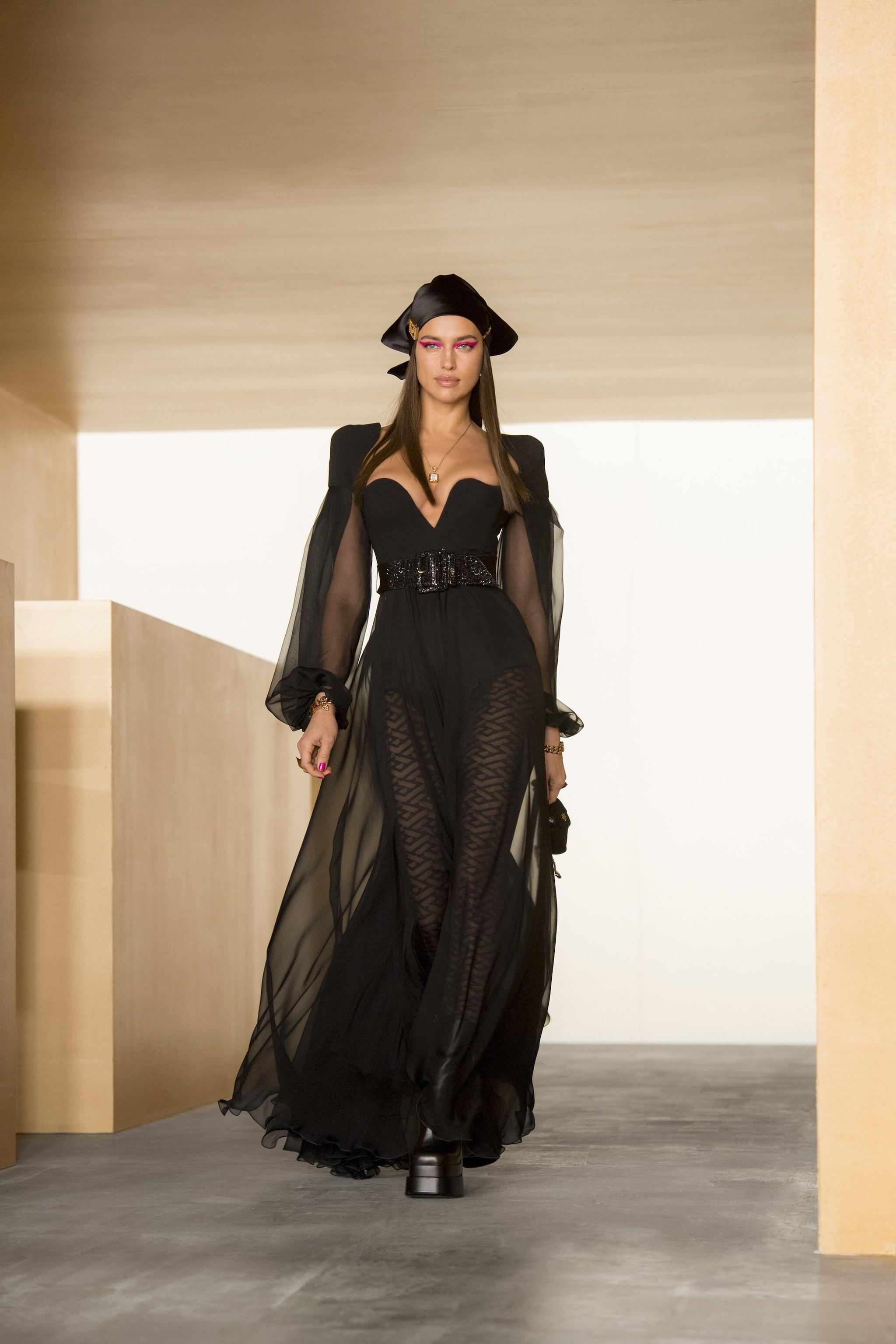 Irina Shayk sfila per Versace