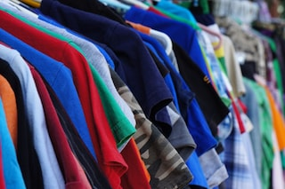 Anche i vestiti inquinano: 5 cose da fare con i vecchi capi anziché buttarli
