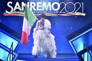 Achille Lauro icona della scorrettezza: nella quarta serata di Sanremo è una sposa con le piume