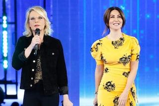 Amici 2021, prima puntata: Maria De Filippi osa col top animalier, Sabrina Ferilli brilla in giallo
