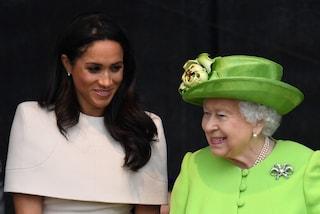 Quando la regina divise la sua coperta con Meghan Markle: la duchessa ricorda quel gesto gentile