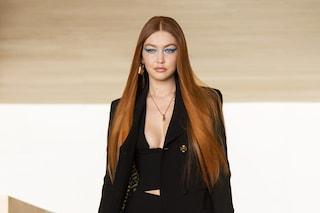 Gigi Hadid torna a sfilare dopo il parto e cambia look: in passerella con i capelli rosso carota