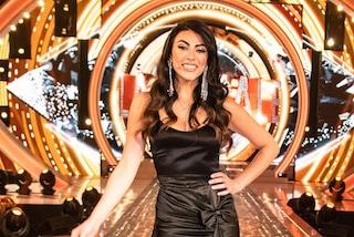Giulia Salemi, finale del Grande Fratello in nero: gioca con le sexy trasparenze della gonna