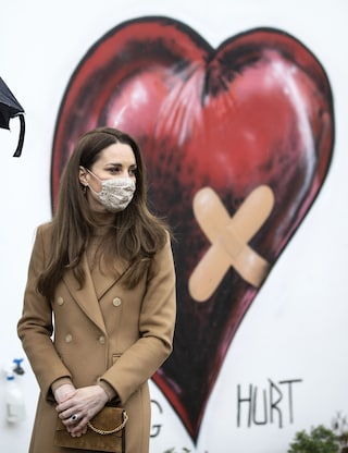 Kate Middleton rispolvera il cappotto cammello e lancia il trend per la mezza stagione: il look full color