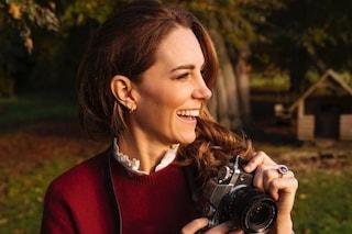 Kate Middleton in versione fotografa: nel nuovo ritratto ufficiale indossa una camicia riciclata
