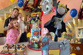 Leone compie 3 anni e si trasforma in Batman: festa di compleanno in casa con la torta dei supereroi