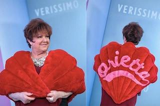 Orietta Berti a Verissimo con la pelliccia rossa mai messa a Sanremo: c'è il suo nome sulla schiena