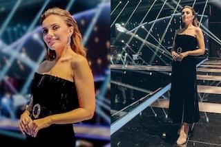 Serena Rossi a Canzone Segreta è regina di stile: la terza puntata è in velluto con sandali gioiello
