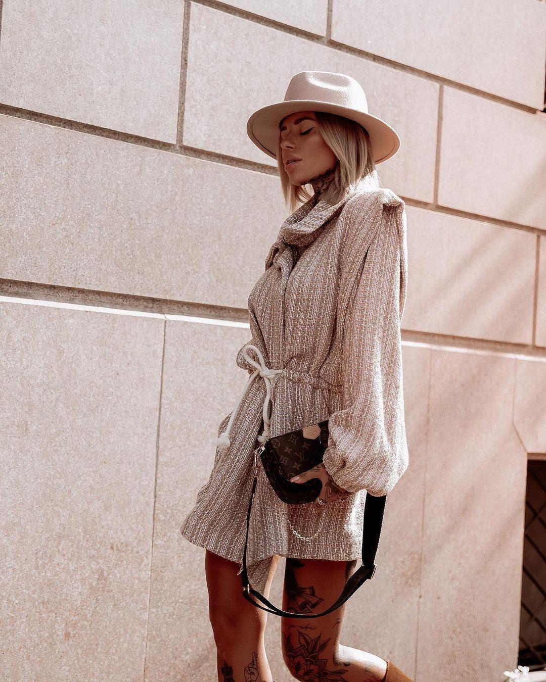 Con la borsa Louis Vuitton