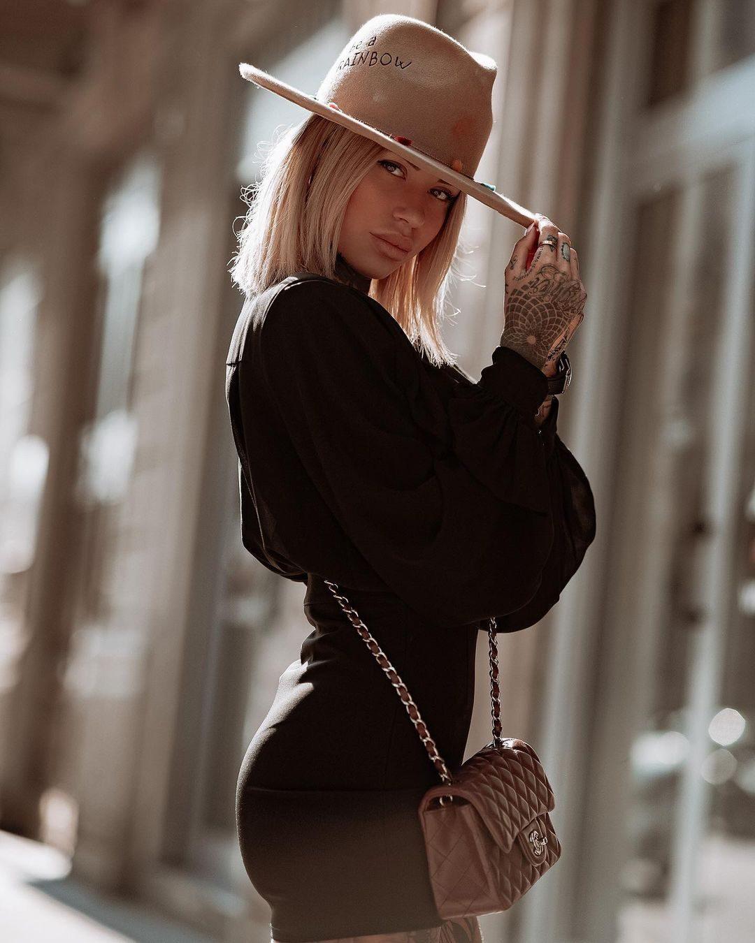 Zoe con una borsa Chanel