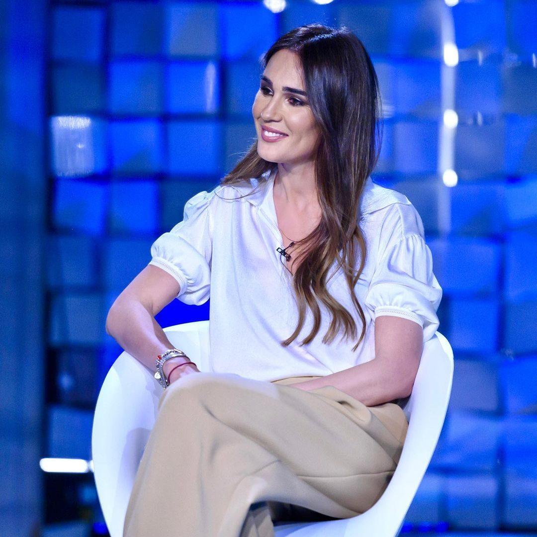 Silvia in camicia bianca e pantaloni palazzo