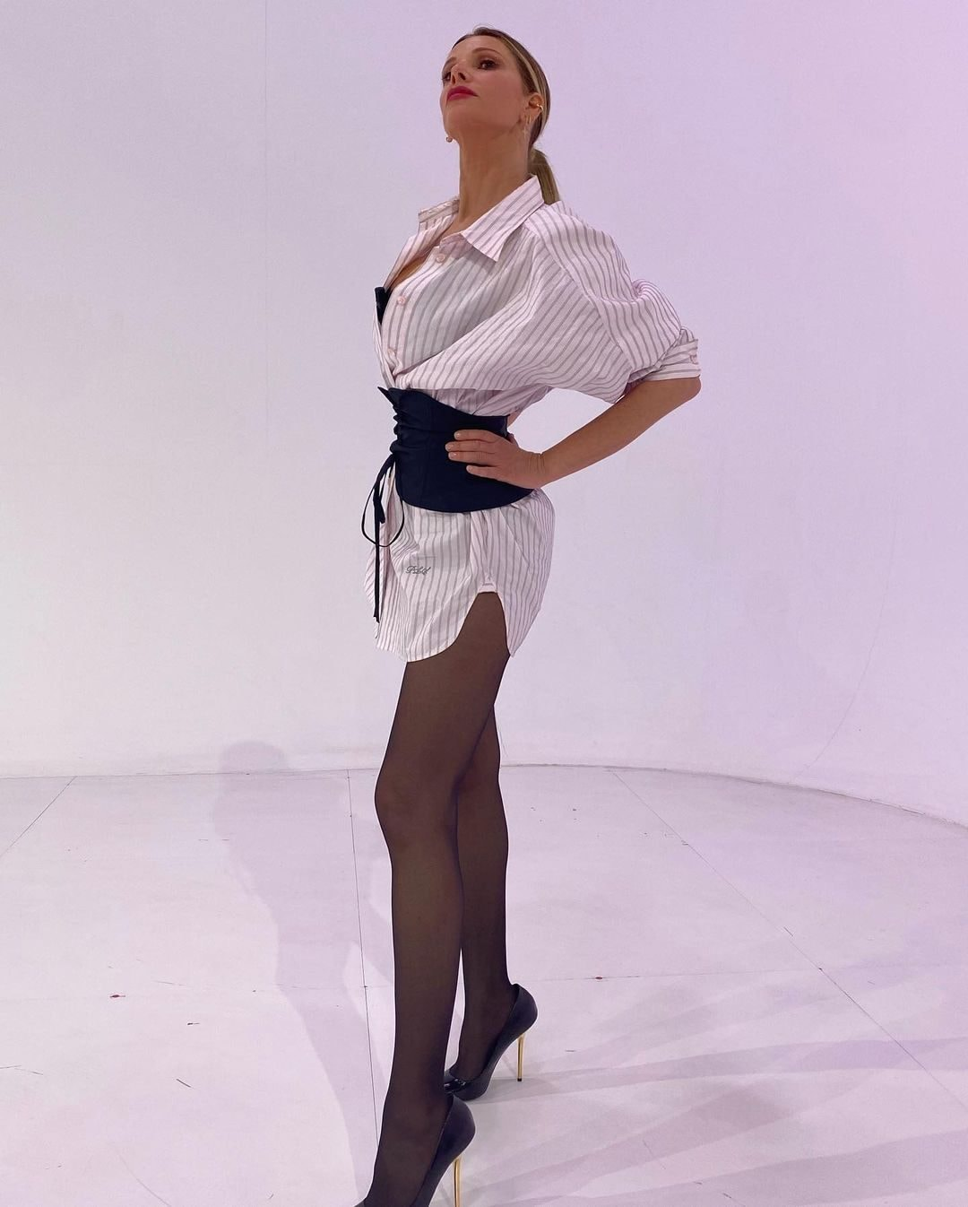 Alessia Marcuzzi trasforma la camicia over in un minidress