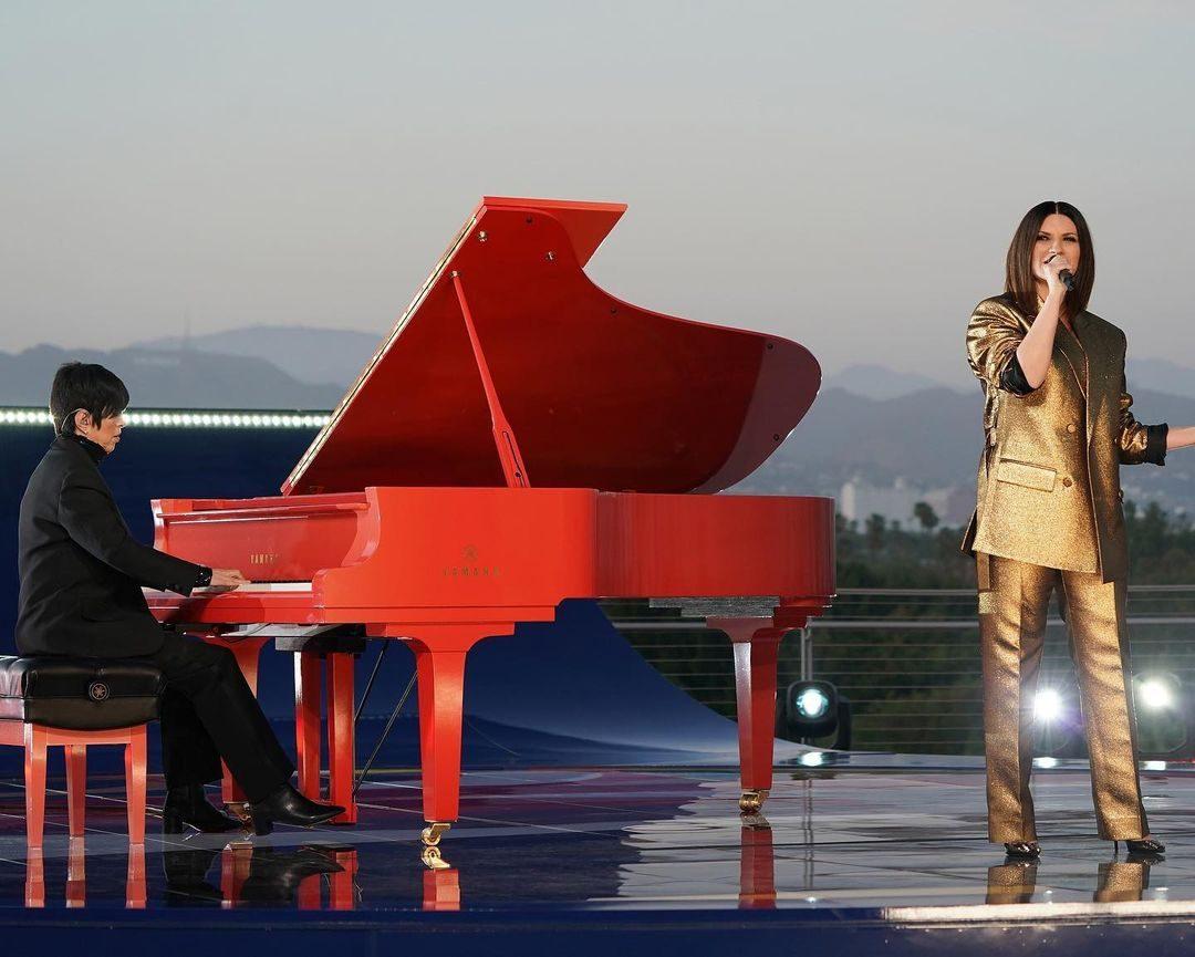 Il total look gold di Laura Pausini