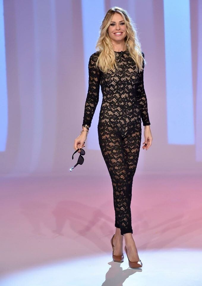 Ilary Blasi con la jumpsuit trasparente a Le Iene