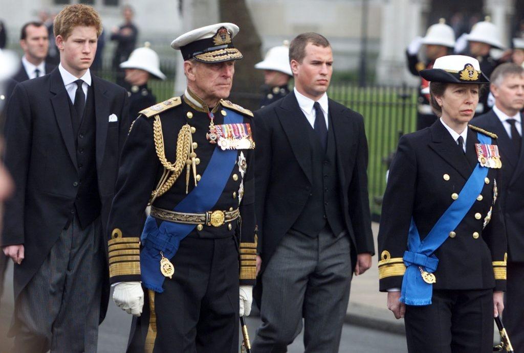 Anna in alta uniforme ai funerali della Regina Madre nel 2002