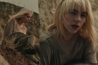 Billie Eilish si mette a nudo nel nuovo video: il significato del radicale cambio di look