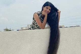"""Taglia i capelli per la prima volta dopo 12 anni: la trasformazione della """"Raperonzolo"""" indiana"""