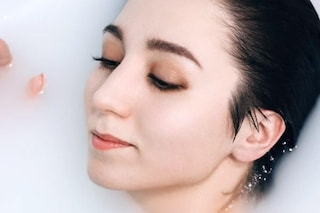 Come lavare il viso: le mani possono essere più efficaci di una spazzola? Il parere del dermatologo