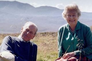 Il lato romantico della regina Elisabetta: prima del funerale mostra il dolce scatto con Filippo
