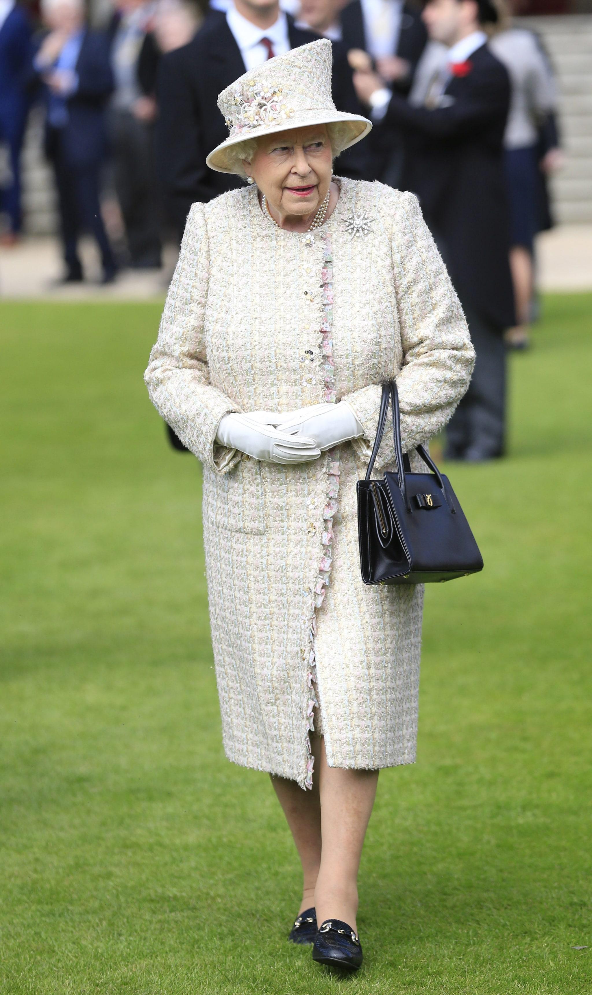 Elisabetta con i suoi classici mocassini con il tacco