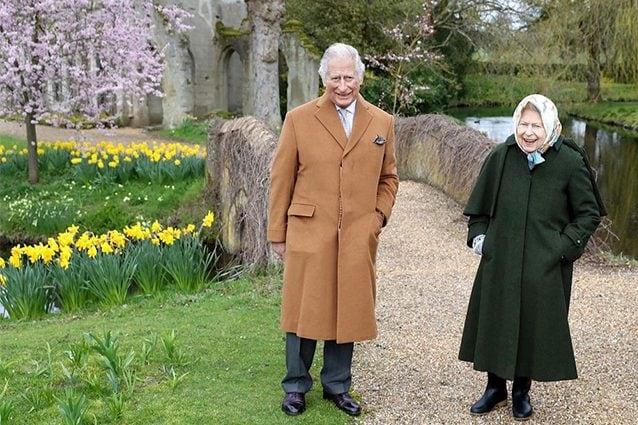 Elisabetta passeggia con gli stivali insieme a Carlo