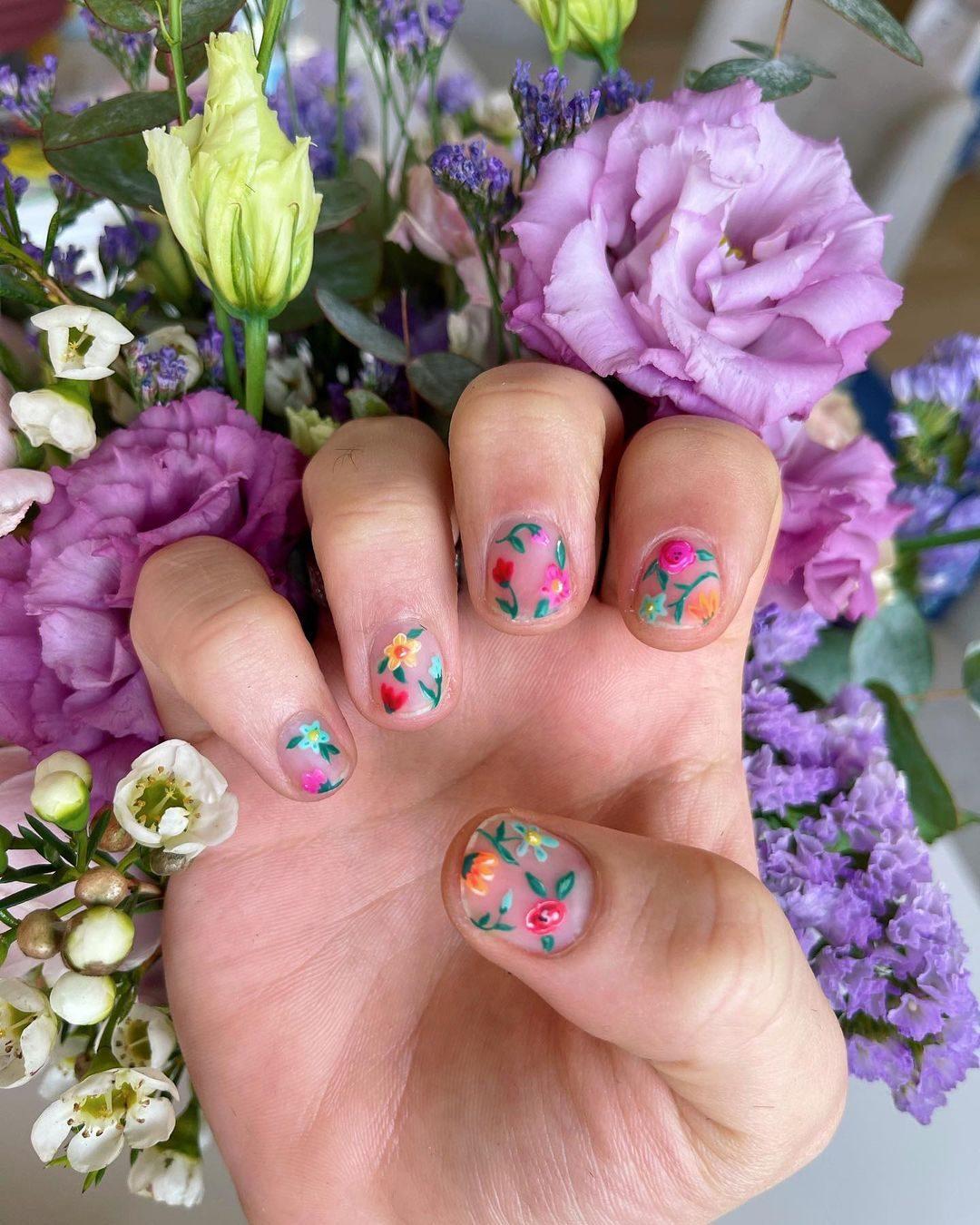 La nail art floreale sfoggiata da Fedez