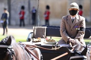 Funerali del principe Filippo, sulla carrozza solo guanti e cappello: il significato del gesto