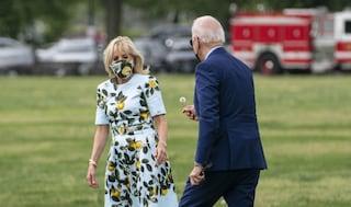 Joe Biden raccoglie un fiore per la moglie Jill: il gesto romantico del Presidente incanta il web