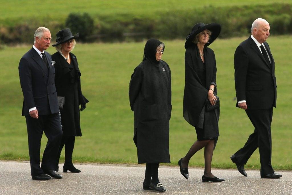 Carlo e Camilla partecipano a un corteo funebre