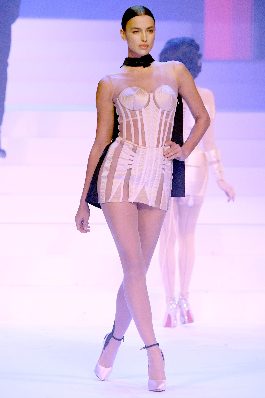 Irina Shayk sfila per Jean Paul Gaultier nel 2020