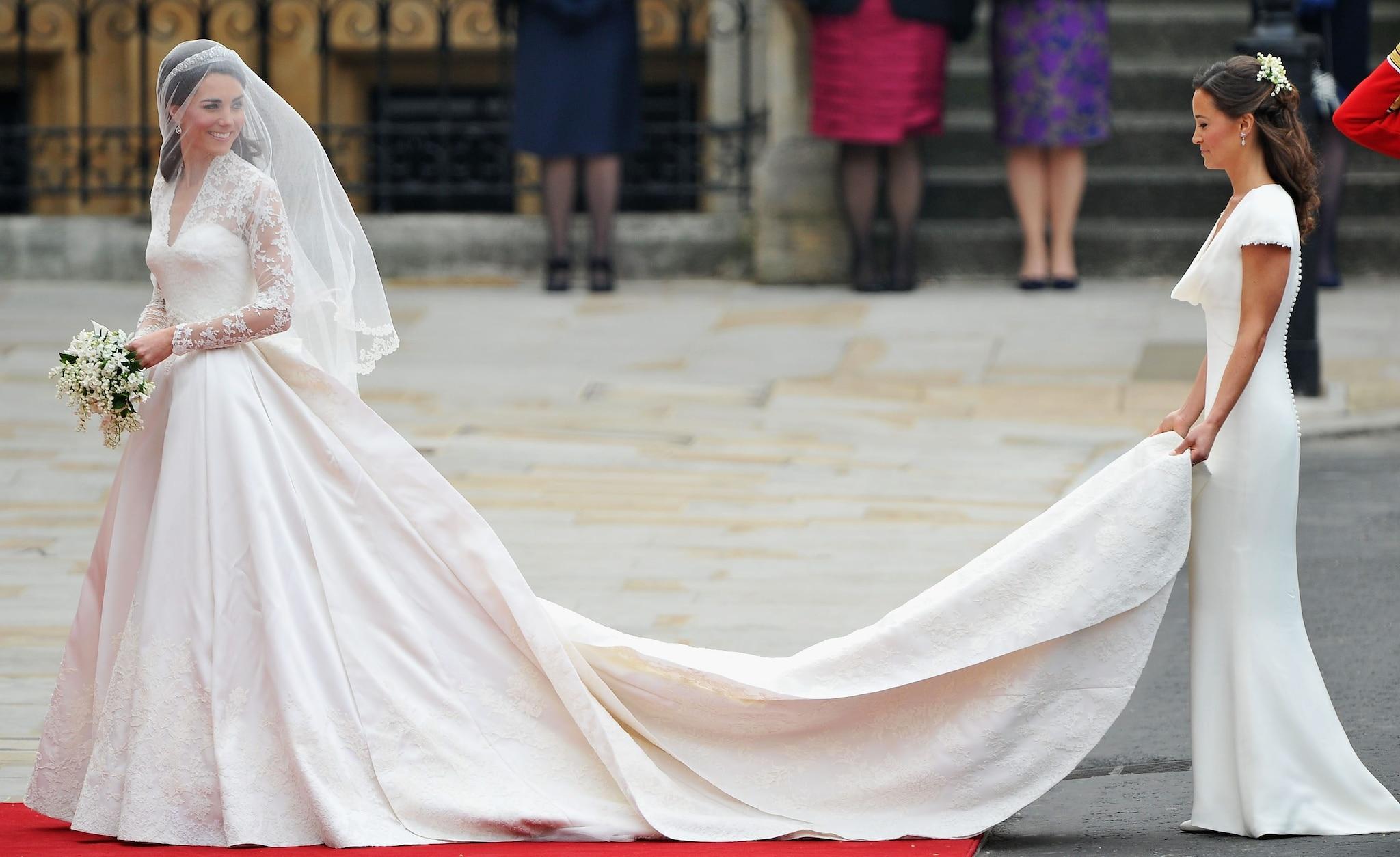 Lo strascico di Kate Middleton, tenuto dalla sorella Pippa