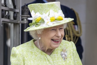 La regina Elisabetta sorridente senza mascherina: la prima uscita del 2021 è in verde speranza