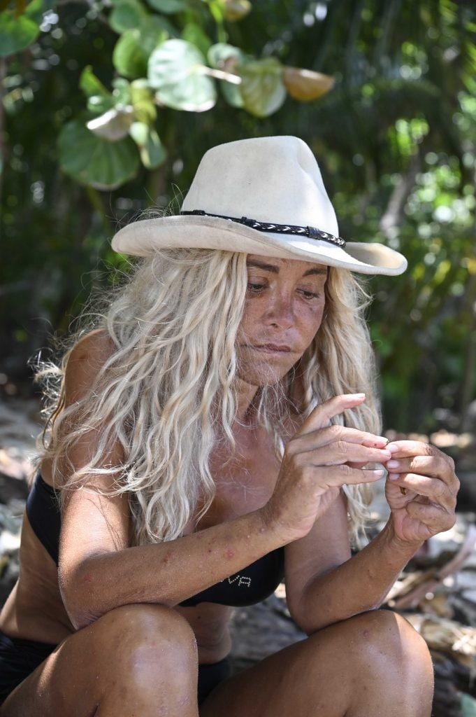 Vera Gemma all'Isola dei Famosi, con il cappello sui capelli biondi