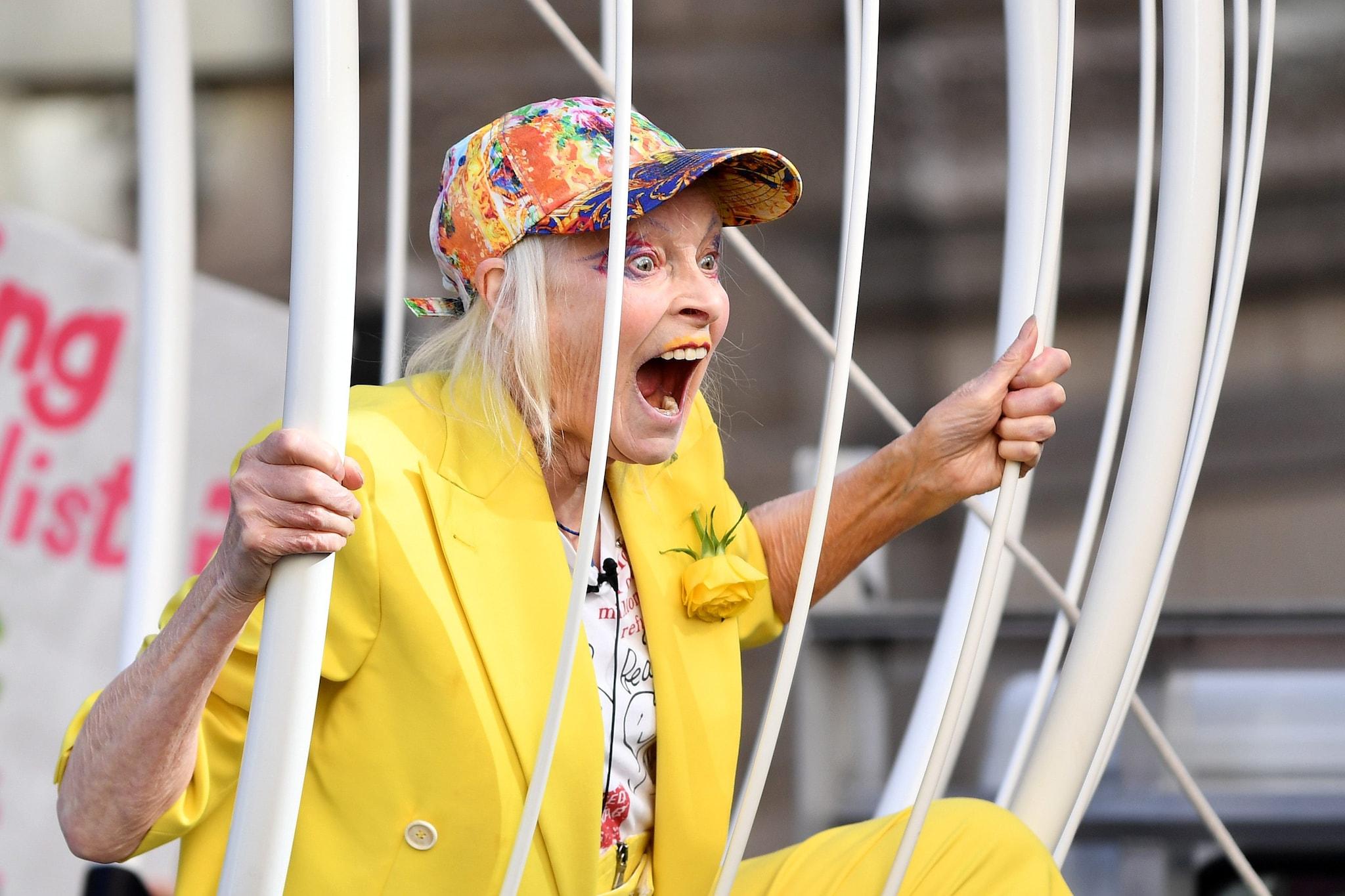 La stilista durante una protesta a Londra