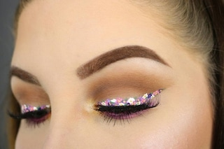 Eye-liner floreale, il beauty trend spopola sui social: è la moda da seguire nella primavera 2021