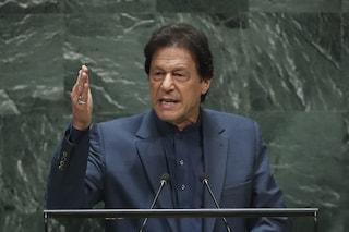 Pakistan, il primo ministro incolpa le donne per l'aumento degli stupri: col velo, uomini meno tentati