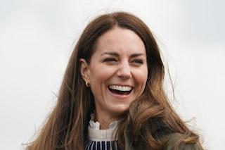 Kate Middleton visita una fattoria: il look vale quasi 1000 euro, ma è fatto di capi riciclati