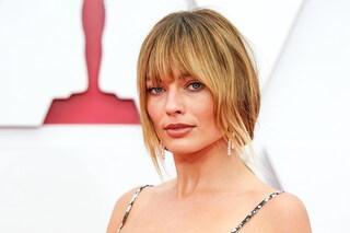 Margot Robbie dice addio al biondo platino: sul red carpet degli Oscar con capelli scuri e frangia a tendina